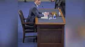 Zuckerberg compareció en el congreso... ¡sentado en un maletín!
