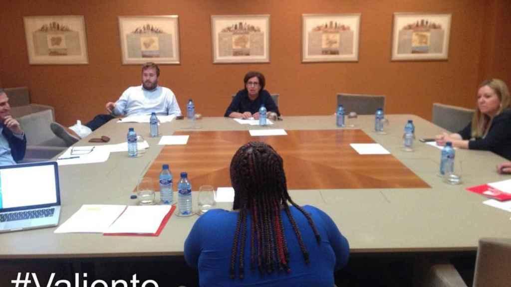 Doris, ya en España, en una reunión antes de una conferencia sobre derechos humanos.