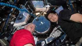 Los astronautas Scott Tingle (izquierda) y Norishige Kanai (derecha) en el interior de un cohete de la NASA.
