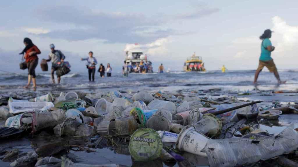 La playa de Nusa Penida en Indonesia, contaminada por residuos plásticos que acaban en el mar.