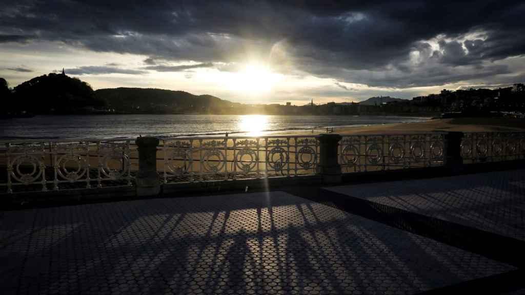 Amanecer en la playa de Ondarreta de San Sebastián.