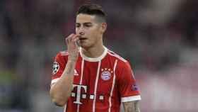 James, en el partido entre el Bayern Múnich - Sevilla. Foto: Twitter (@FCBayernES)