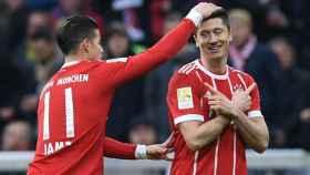 James celebra un gol con Lewandowski. Foto fcbayern.com