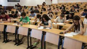 Decenas de alumnos, en pleno examen en la Rey Juan Carlos.