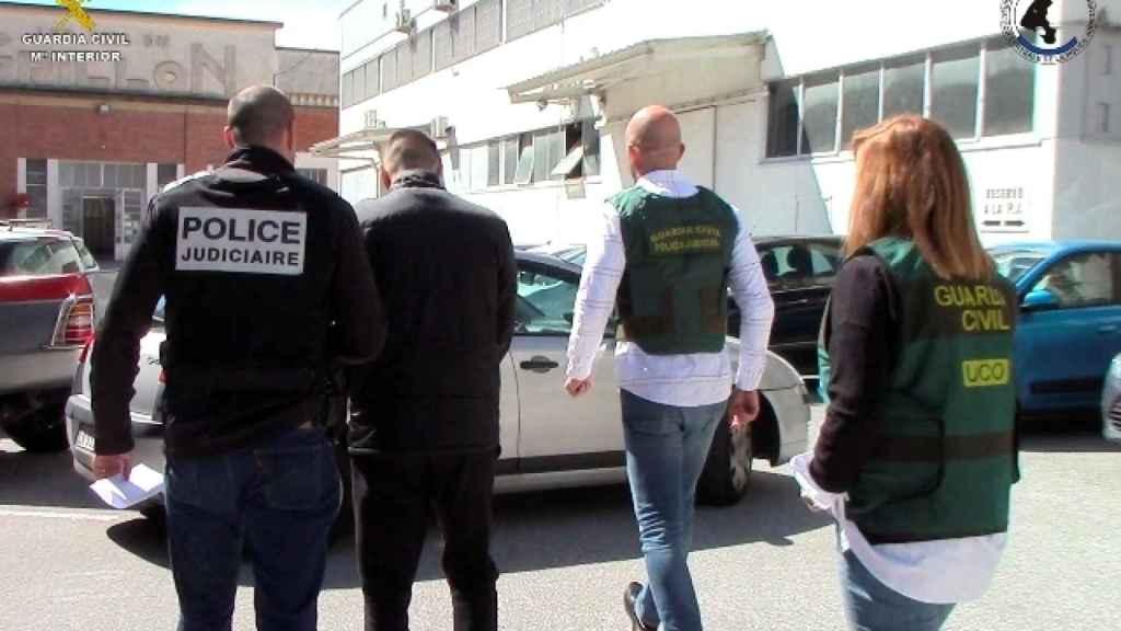 Detención practicada por la policía francesa de los individuos implicados en la trama.