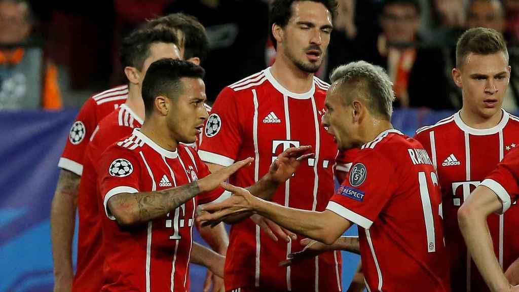 Thiago, junto a sus compañeros, en la celebración de un gol.