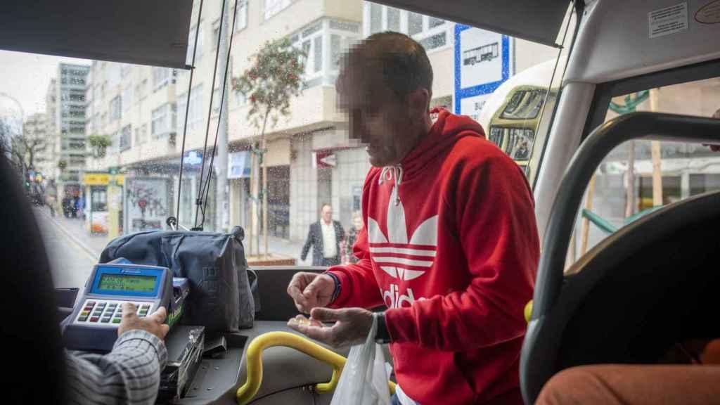 Agustín tiene 45 años. Desde los 18 consume droga. Ha intentado rehabilitarse varias veces, pero siempre ha vuelto a caer.  Es uno de los toxicómanos que viaja en autobús hasta Sanlúcar de Barrameda (Cádiz) en busca de 'rebujito'.