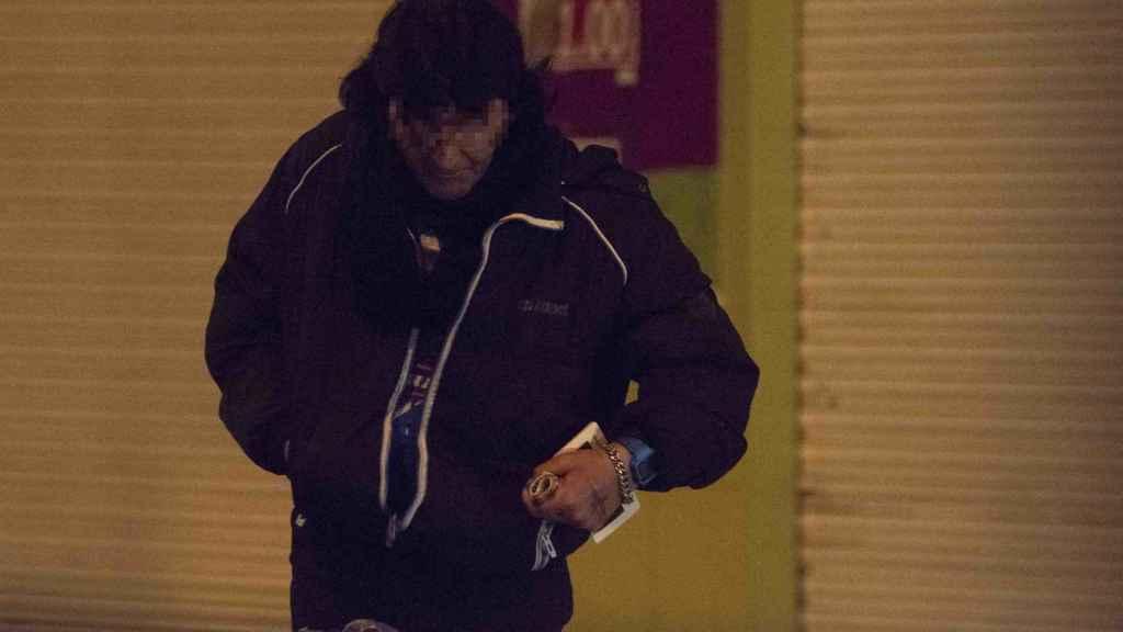 Un drogadicto que acaba de sacar dinero de un cajero. En su mano izquierda lleva un fajo de billetes de 50 euros.
