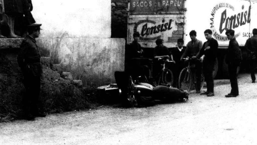 La moto de Pardines después de su asesinato. Fotografía  incluida en el proyecto `Historia de un desafío´(Editorial Península).