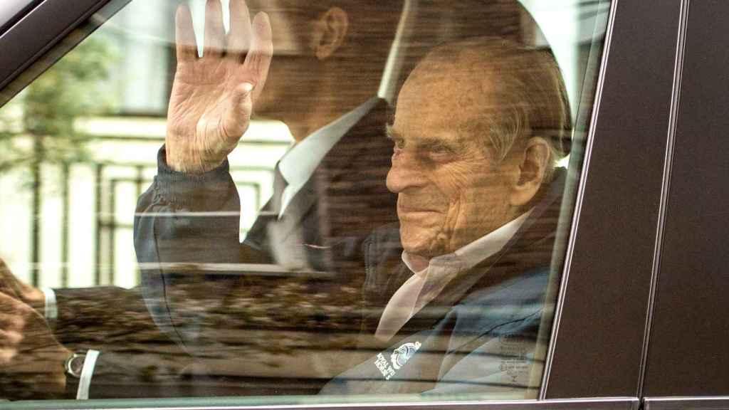 El duque de Edimburgo a su salida del hospital.