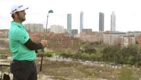 Jon Rahm durante la segunda jornada del Open de España con las Cuatro Torres como testigos.