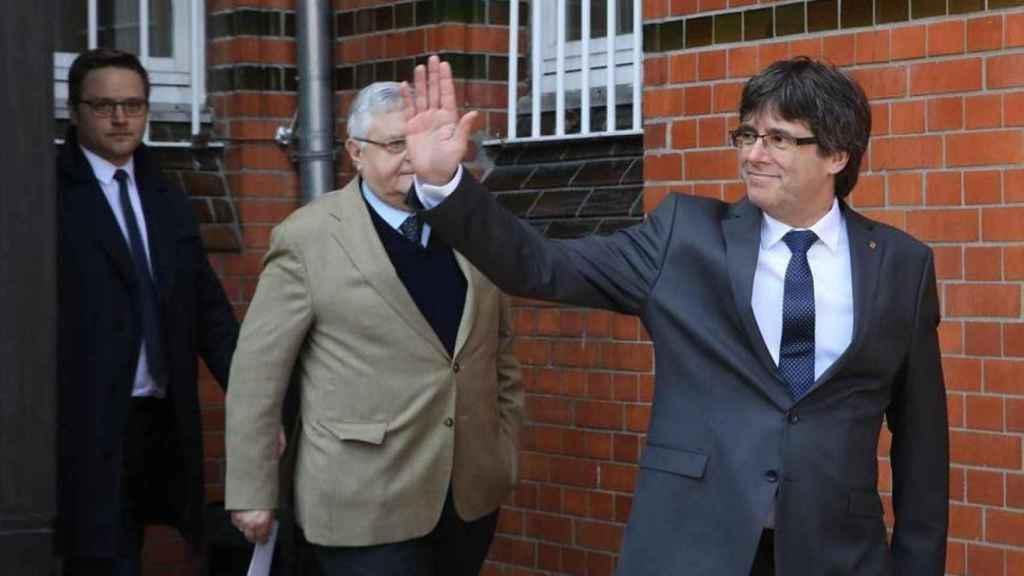 Puigdemont, junto a sus abogados alemanes, sale de la prisión de Neumünster./