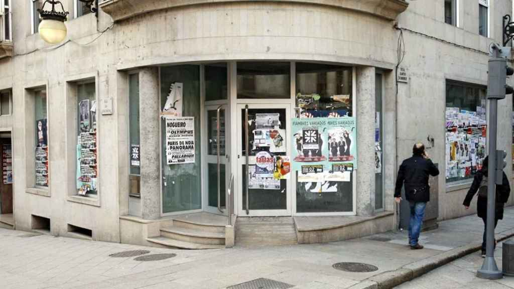 Una oficina bancaria cerrada.