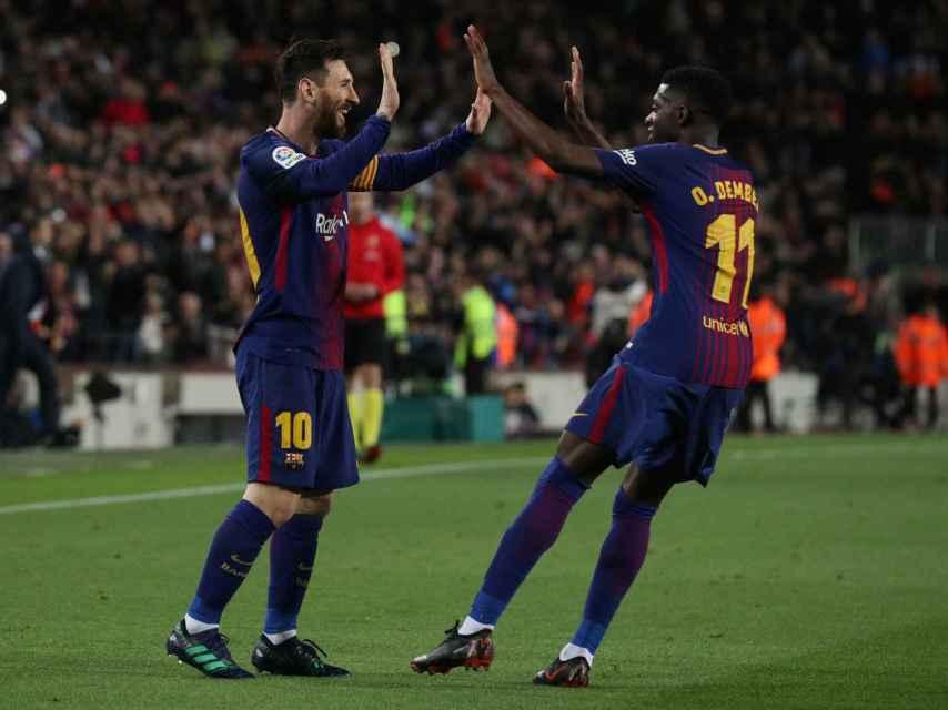 Messi celebra un gol con Dembélé.