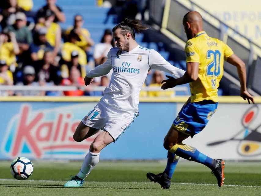 Gareth Bale centra delante de su rival.
