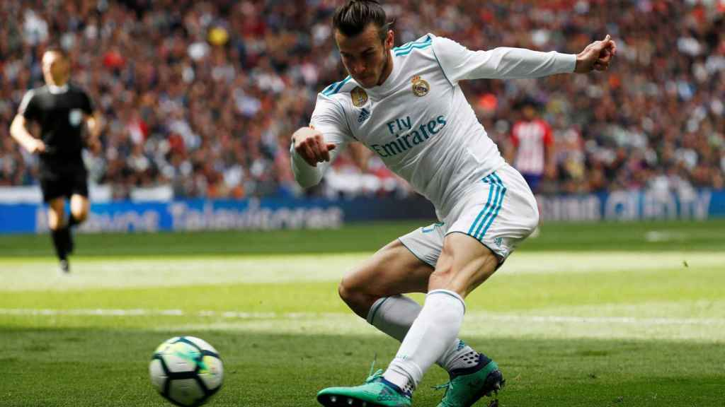 Gareth Bale golpea la pelota
