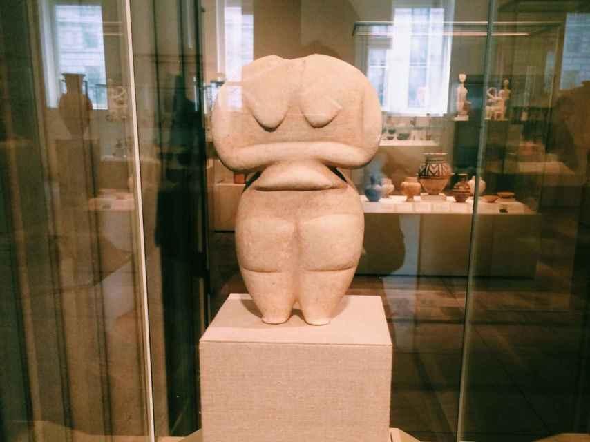 Marble female figure. Finales del Neolítico.
