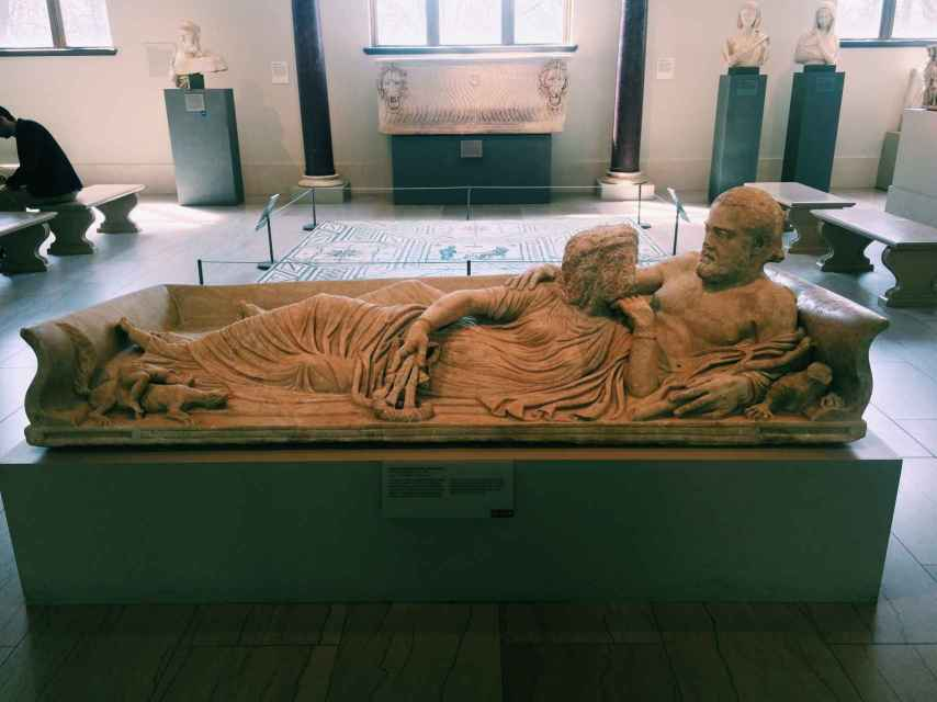 Tapa de sarcófago con una pareja: él representa el agua, ella la tierra.