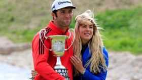 Jon Rahm posa con su novia y con el trofeo de campeón del Open de España.