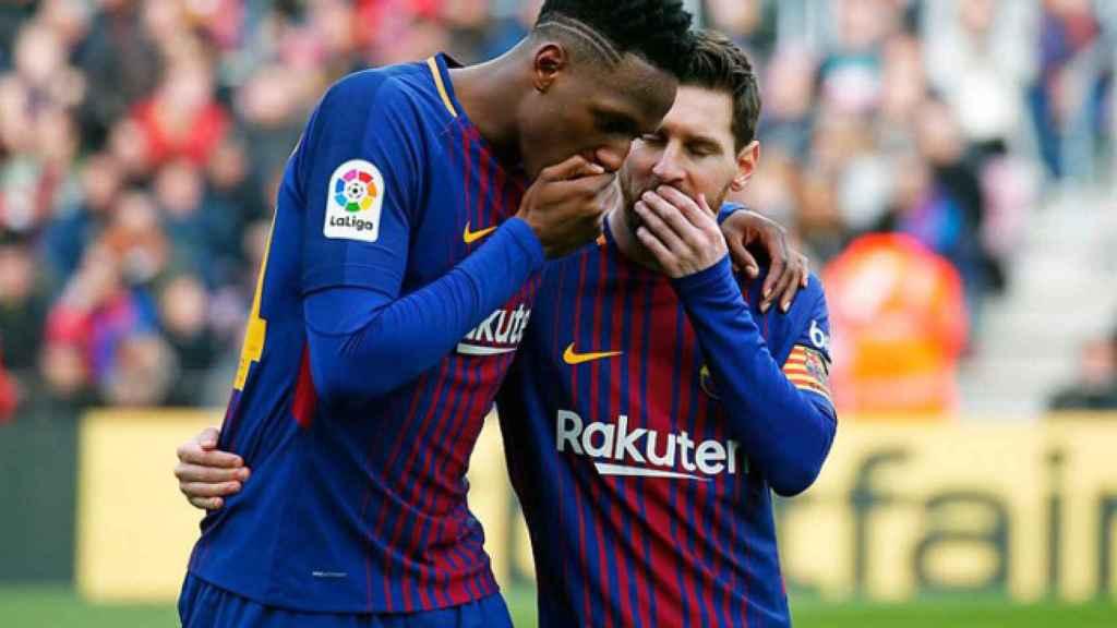 Yerry Mina habla con Messi.