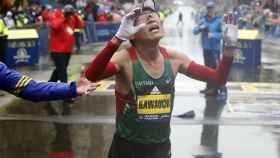 Kawauchi pasa el primero la meta del Maratón de Boston.