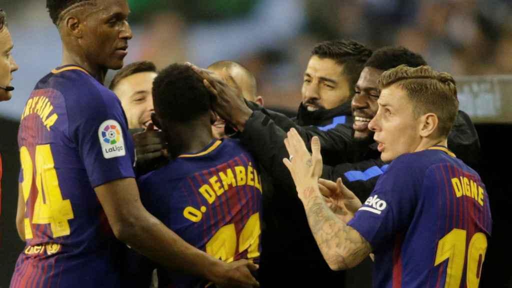 Los jugadores del Barcelona celebran el gol de Dembélé.