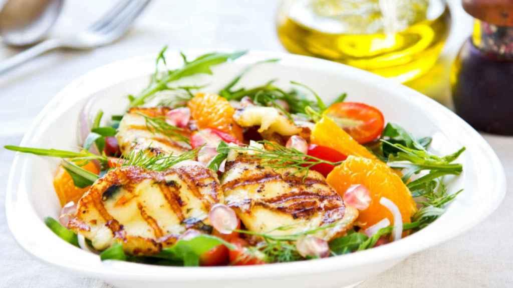 Una perfecta ensalada completa, con todos los grupos de alimentos.
