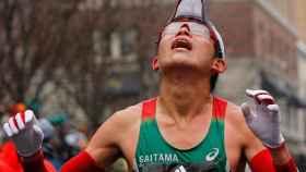 Yuri Kawauchi pasa la meta el primero en la Maratón de Boston.