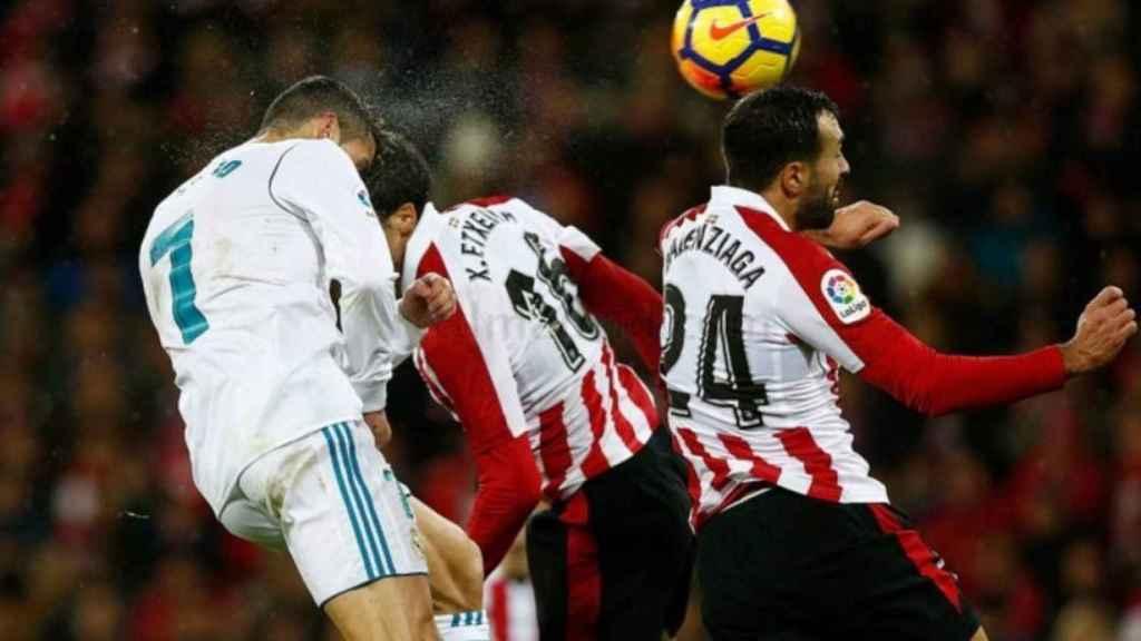 Cristiano trata un remate ante los defensores del Athletic