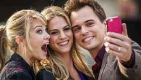 Tres jóvenes se hacen un selfie, en una imagen de archivo.