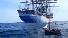 El barco pirata Aventura iniciando su viaje en la costa de Mauritania.