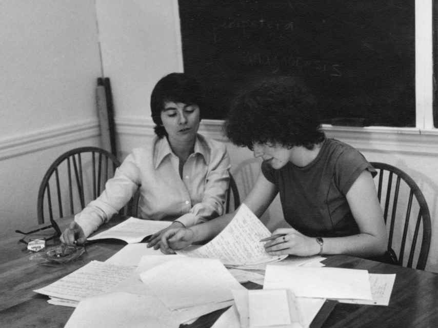 Camille Paglia dirigiendo una tutoría en 1977. Marlboro a su derecha.