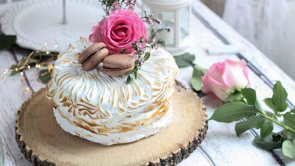 Ejemplo de tarta de limón con flores frescas.