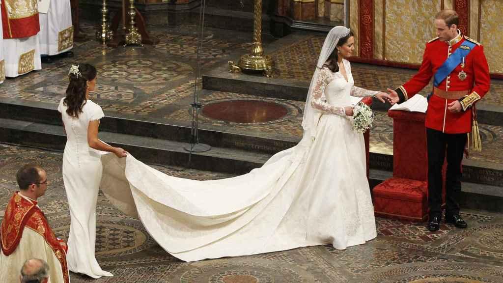 Kate Middleton luciendo el diseño de Alexander McQueen el día de su boda.