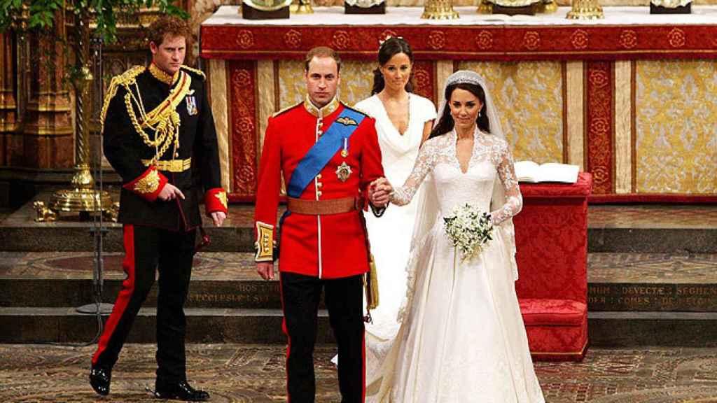 Kate y Guillermo fueron 'custodiados' por sus hermanos.
