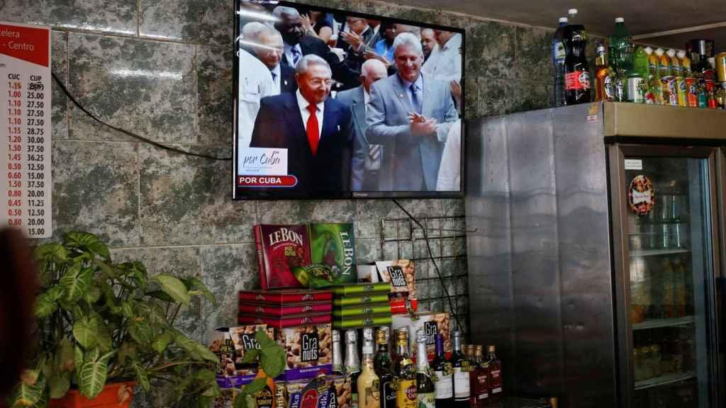 Castro y Díaz-Canel en una televisión de un bar de La Habana