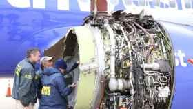 Imagen del motor del avión que ha reventado en pleno vuelo.