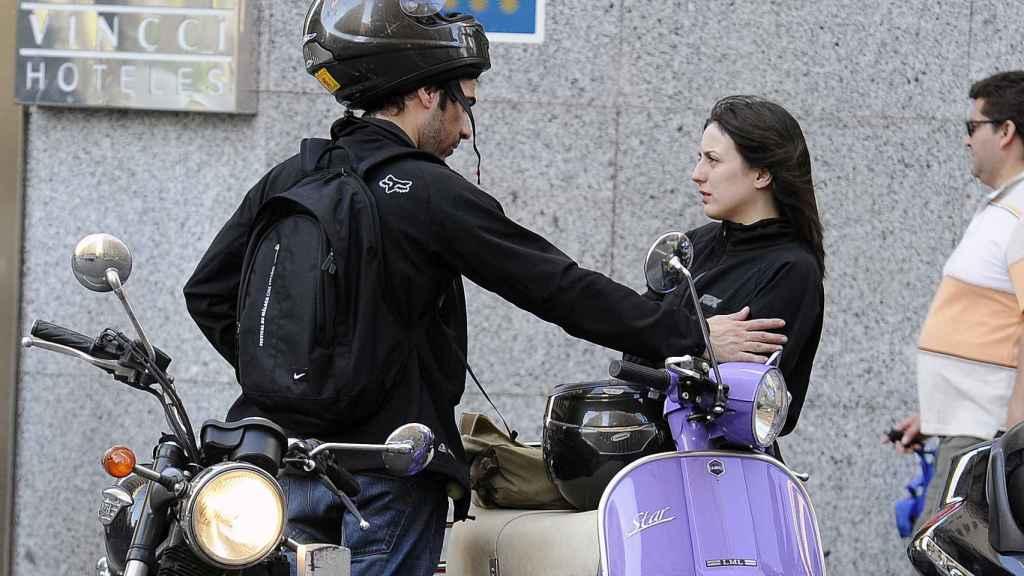 Los actores despidiéndose en la calle.