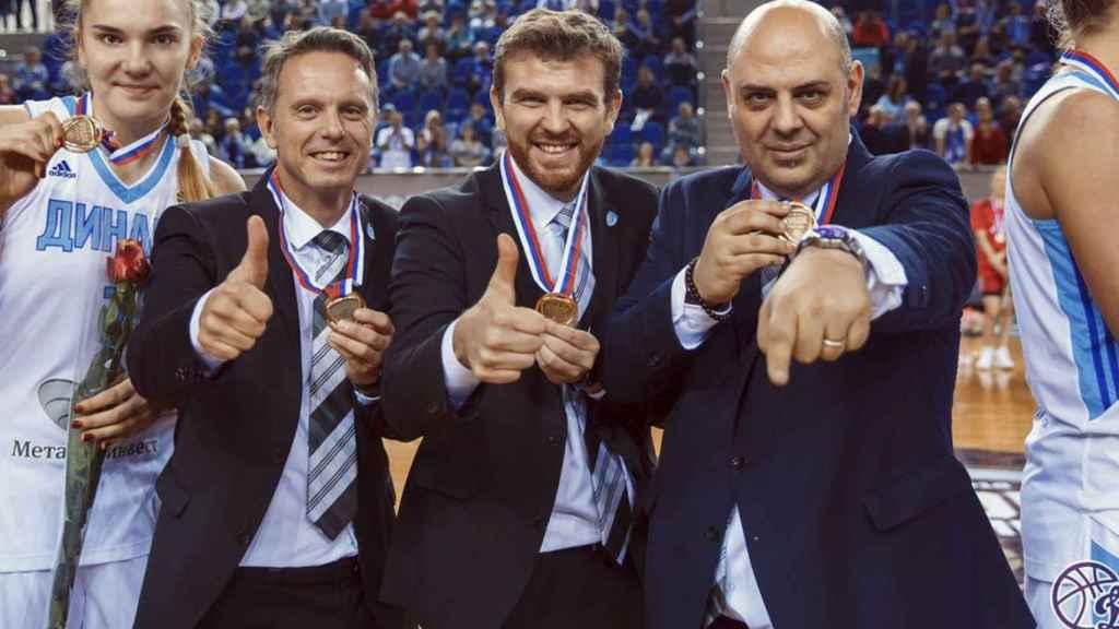 Lucas Mondelo, a la derecha, acompañado de sus ayudantes.