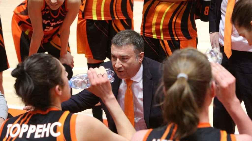 Miguel Méndez da órdenes a las jugadoras del Ekaterimburgo.