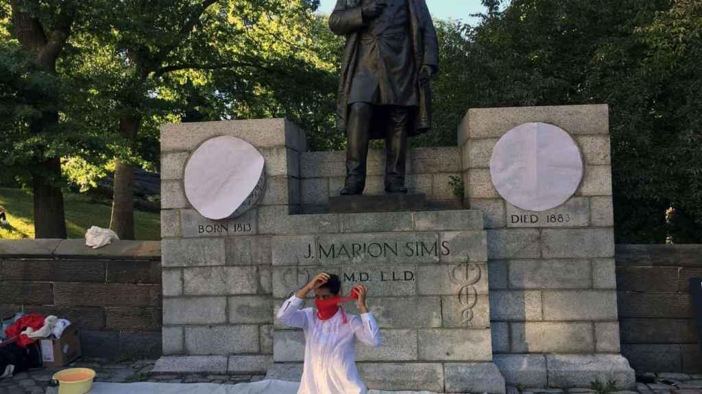 Una protesta delante de la estatua.