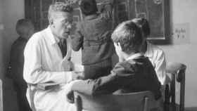 Hans Asperger con un niño.