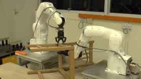 robot con dos brazos roboticos montando silla de ikea