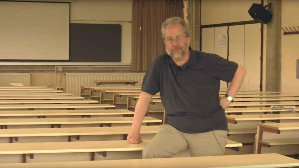 Pedro Sorela, en una clase vacía.