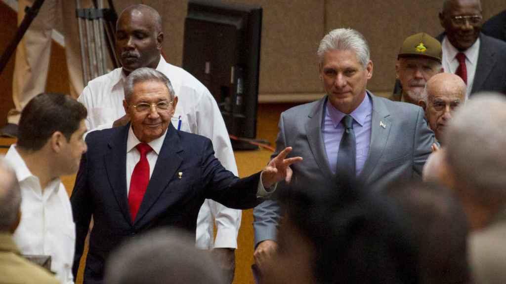 Raúl Castro junto a Miguel Díaz-Canel.
