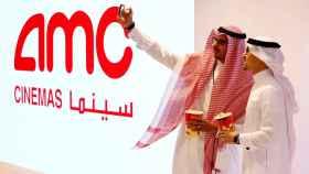 Dos  saudíes se toman una selfie en la primera sala de cine comercial de Arabia Saudita en Riyadh.
