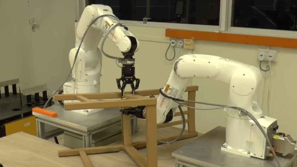 Robot con dos brazos montando una silla de IKEA.