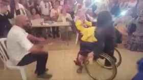 Baila sevillanas en silla de ruedas en la Feria de Abril
