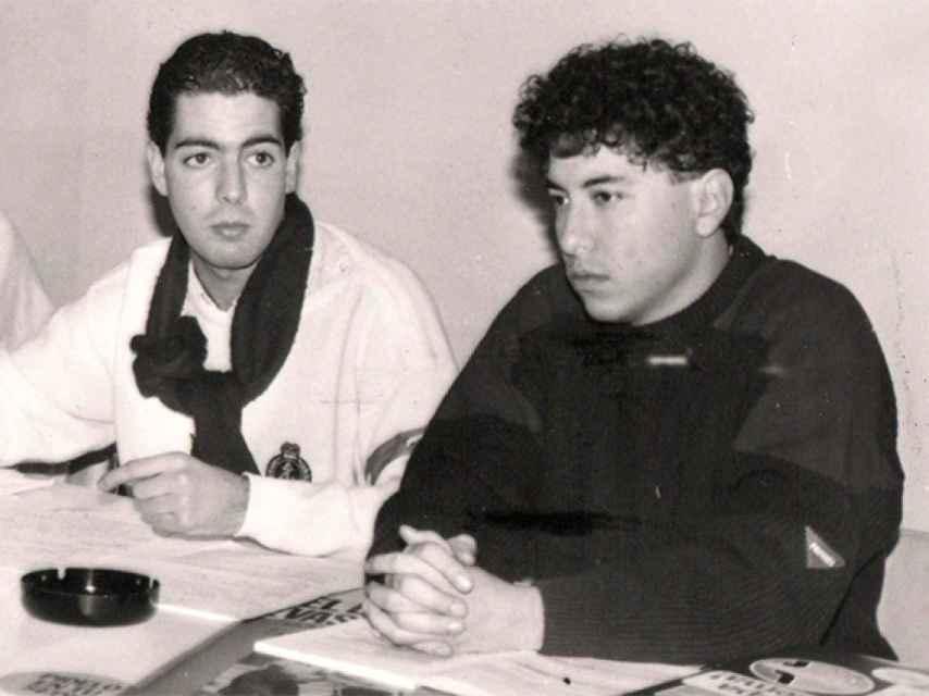 A la derecha, Tomás Burgos, en la sede de AP durante los años 80.