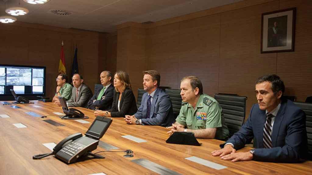 Alejandro, en el centro y con traje gris, en el gabinete de Seguridad de Moncloa.